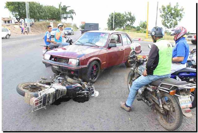 """""""POR COMERSE LA LUZ"""": Choque entre carro y moto dejó un lesionado"""