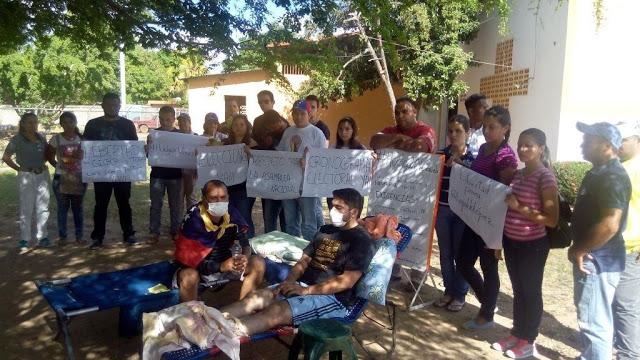 Más de 72 horas en huelga de hambre estuvieron dos jóvenes que exigían al CNE se cumpla cronograma electoral.
