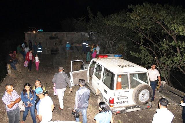 """Dos heridos al volcar gandola """"pollera"""" #VDLPascua"""