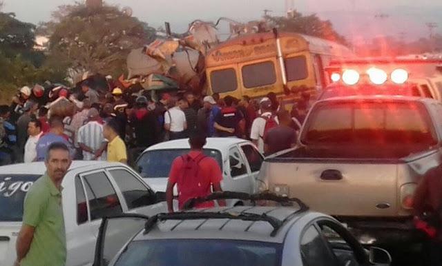 Tragedia vial cobró más de 15 muertos y 50 heridos (+fotos)
