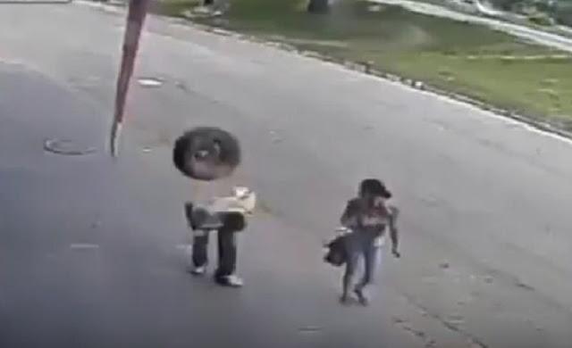 Hombre casi muere al ser golpeado por llanta desprendida de vehículo (+video)