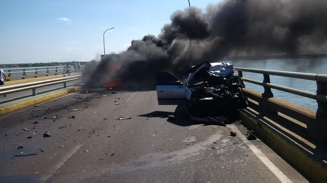 Choque entre vehículos dejó mujer calcinada en el Puente sobre el Lago