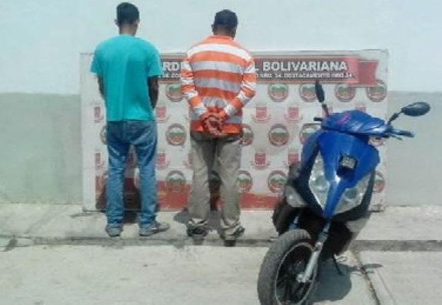 Cayó dúo con moto robada