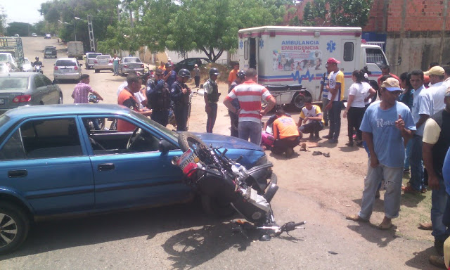 Motorizado casi se mata al chocar contra carro