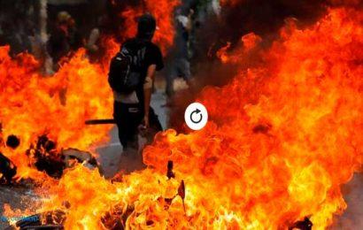 Entre llamas y gases lacrimogenos resisten los manifestantes en Caracas