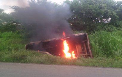 Comerciante resultó ileso al volcarse e incendiarse la camioneta que conducía