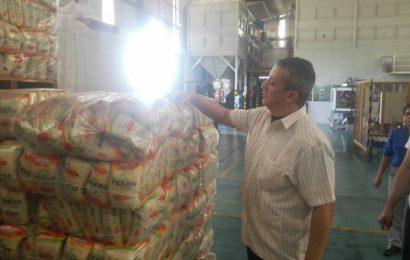 Ordenan la venta supervisada en procesadora de arroz tras presunto acaparamiento del producto