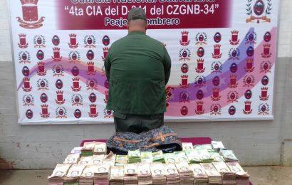 Capturan falso militar con 900 mil en efectivo