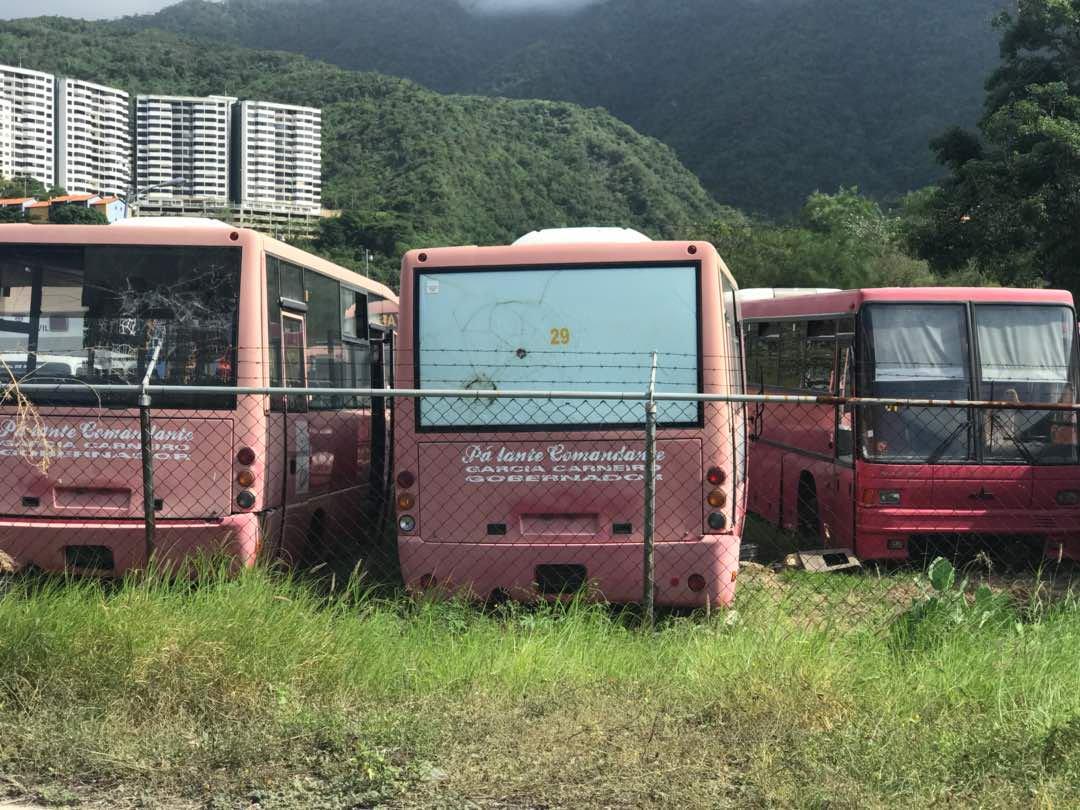 Abandonadas grandes cantidades de autobuses en Vargas